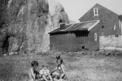 Barn leker i havnehagen